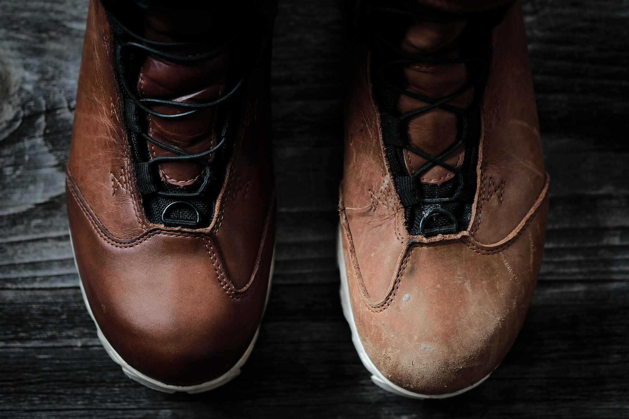 Comparing the left and right Wolvhammer boots with a closeup of the toebox